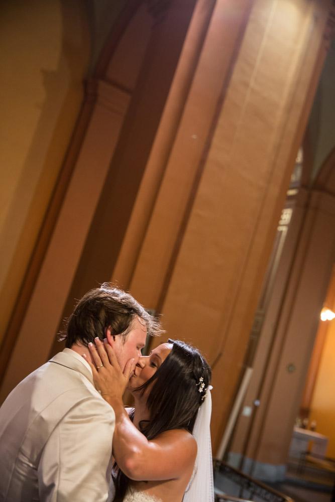 19-novios besandose altar